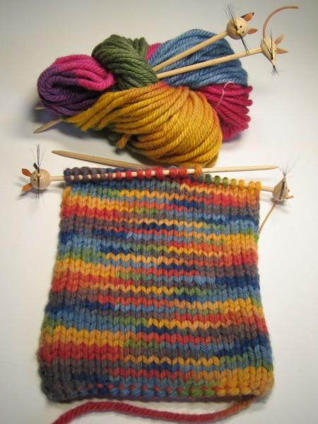 """Kinderstricknadel """"Katz und Maus"""" mit Regenbogenwolle pflanzengefärbt"""
